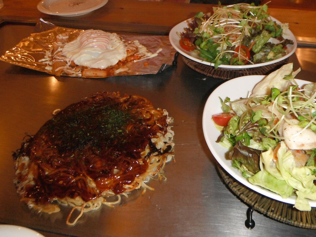 Friendly chefs cook up Hiroshima-style okonomiyaki featuring mountains ...